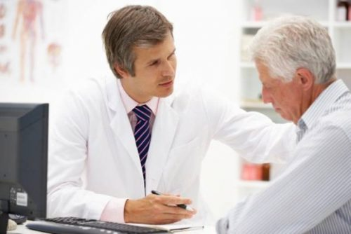 Nên đi khám sức khỏe định kì cho người cao tuổi