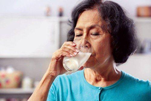 Người cao tuổi cần uống sữa đúng cách
