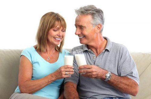 Bạn có biết người cao tuổi cũng cần uống sữa đúng cách?