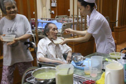 Cuộc sống của người già tại các trung tâm được đảm bảo tốt hơn