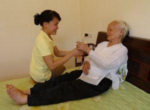 Hiện dịch vụ chăm sóc người già đang phát triển khá mạnh