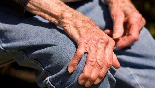 Bệnh run chân tay là căn bệnh người cao tuổi thường xuyên mắc phải