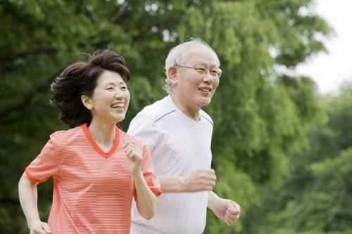 Những lợi ích vàng của việc đi bộ với sức khỏe người cao tuổi