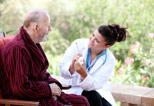 Điều dưỡng viên chăm sóc người cao tuổi tại Viện dưỡng lão