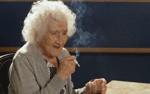 Người cao tuổi không nên hút thuốc lá