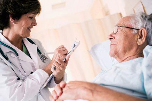 Điều dưỡng Pasteur lên kế hoạch chăm sóc người già mắc bệnh tăng huyết áp
