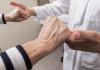 Chứng run chân tay là bệnh lý rất dễ gặp ở người già
