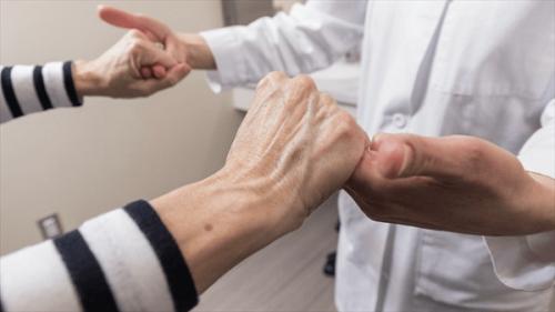 Hướng điều trị mới căn bệnh run tay ở người cao tuổi