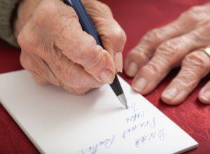 Bác sĩ nói gì về bệnh run tay khi viết?