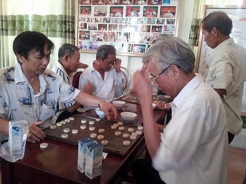 Đánh cờ là một trò chơi mà nhiều người cao tuổi ưa thích