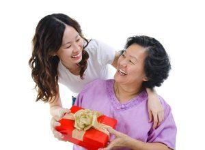 Nên tặng quà gì cho người lớn tuổi dịp Tết?