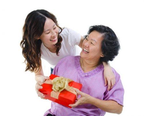 Những lưu ý khi tặng quà cho người già