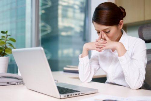 Ngồi máy tính nhiều gây tình trạng thiếu Vitamin D