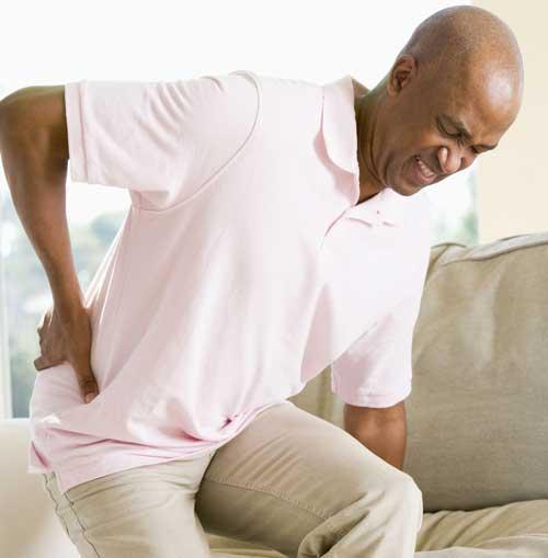 Bí quyết chăm sóc người già bị bệnh đau lưng hiệu quả