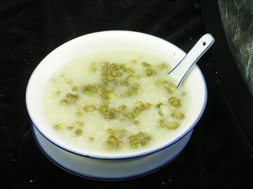 Cháo đậu xanh là món ăn dinh dưỡng tốt cho sức khỏe của người cao tuổi