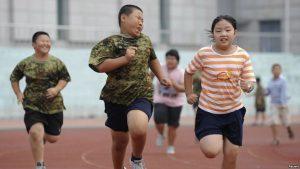 Giúp trẻ vận động hoặc chơi thể thao để giảm béo phì