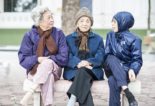 Lưu ý mặc ấm khi ra ngoài đường đối với người cao tuổi