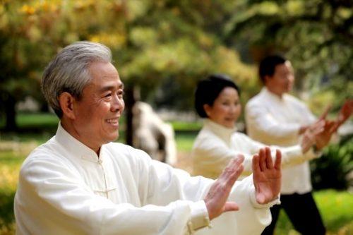 Người cao tuổi rèn luyện thân thể để tăng sức đề kháng