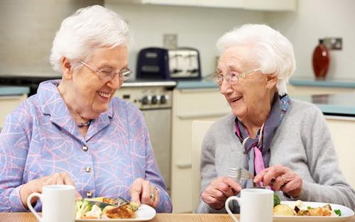 3 cách giúp người già kiểm soát cân nặng hiệu quả