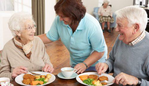 Chế độ ăn lành mạnh là một trong những yếu tố giúp cải thiện sức khỏe người cao tuổ