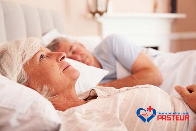 Bệnh mất ngủ ở người già có nghiêm trọng không?