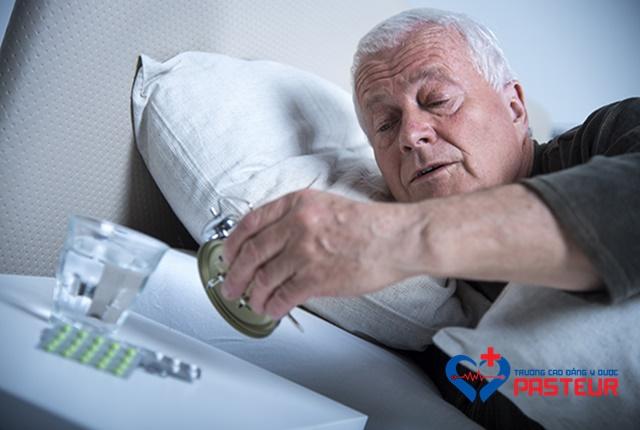 Cách chữa bệnh mất ngủ ở người già