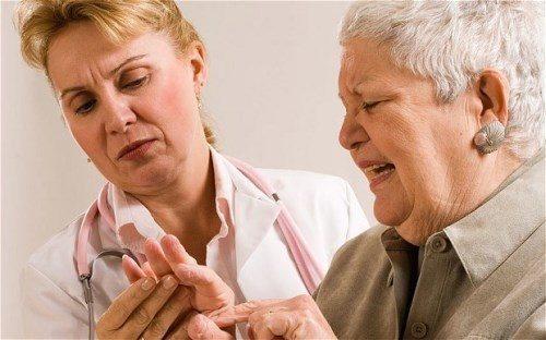 Có nhiều triệu chứng biểu hiện bệnh Alzheimer ở người cao tuổi