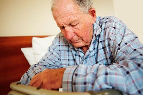 Những biến chứng nguy hiểm có thể xảy ra khi người già bị táo bón