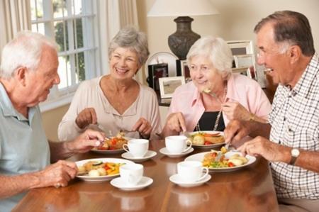 Tạo niềm vui tuổi già từ công việc, từ những người bạn