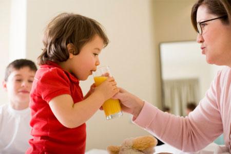 Dựa vào tứng lứa tuổi mà nên uống nước cam bao nhiêu là đủ