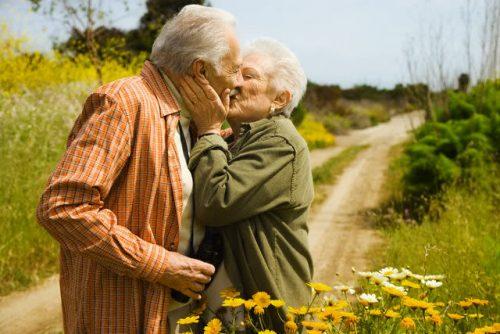 Tình dục tuổi già chỉ chậm nhưng không phải tắt đi