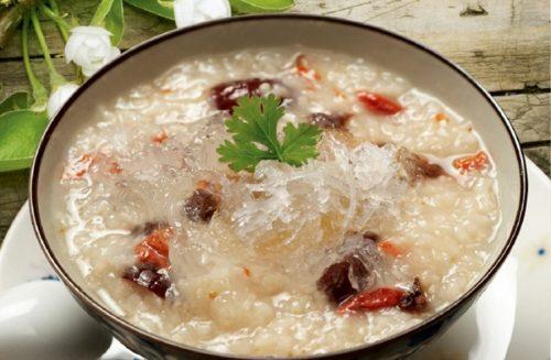 Thức ăn cho người già cần được nấu mền, đủ chất và dễ ăn