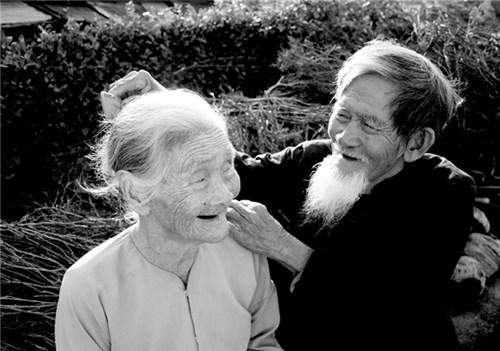 """Dù ở tuổi """"xế chiều"""" nhưng người già vẫn khao khát được yêu thương"""