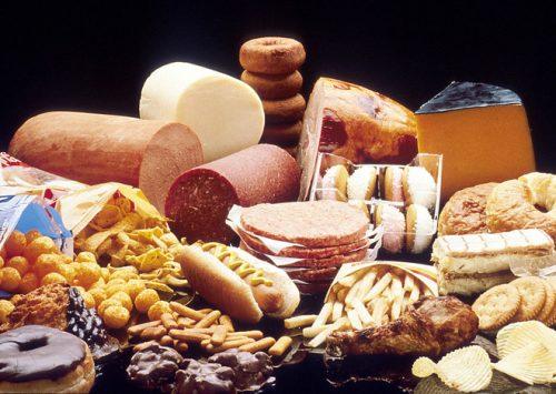 Thực phẩm giàu chất béo bão hòa là thực phẩm người già mắc bệnh hở van tim cần tránh