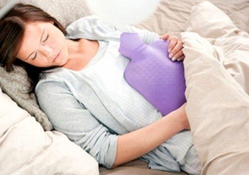 Chườm túi nóng cũng là một cách để giảm đau bụng kinh