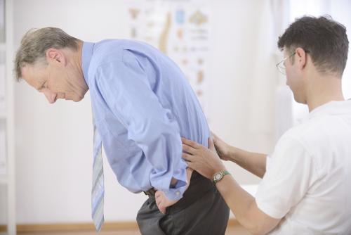 Đau lứng là một căn bệnh khá phổ biến và dễ gặp ở nhiều người