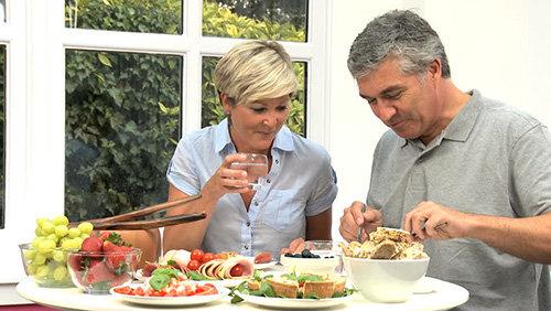 Duy trì chế độ ăn uống hợp lý sẽ bảo vệ sức khỏe tuổi già, gia tăng tuổi thọ