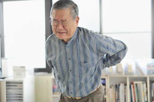 Nguyên nhân gây ra bệnh đau lưng ở người cao tuổi