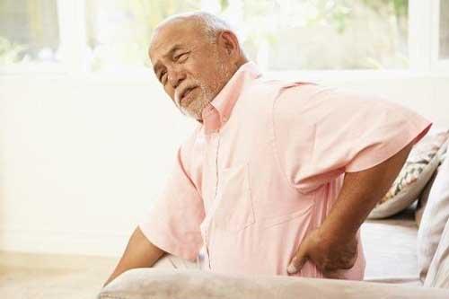 Nguyên nhân gây ra bệnh đau lưng ở người già