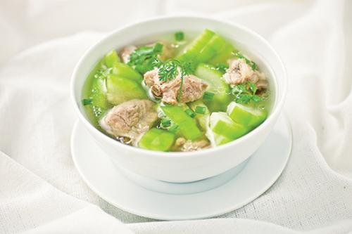 Canh bí xanh nấu với thịt gà là món ăn giải nhiệt rất tốt cho sức khỏe