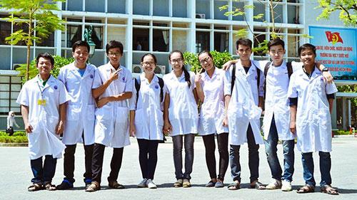 Sinh viên Cao đẳng Dược đi thực hành