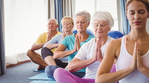 Tập yoga cũng là một cách giúp sức khỏe người già trở lên dẻo dai hơn rất nhiều