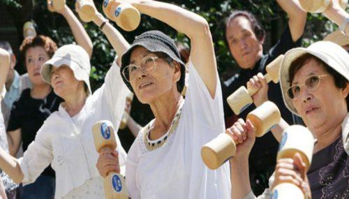 Thường xuyên vận động, hạn chế căng thẳng giúp cuộc sống người già trở lên vui khỏe hơn