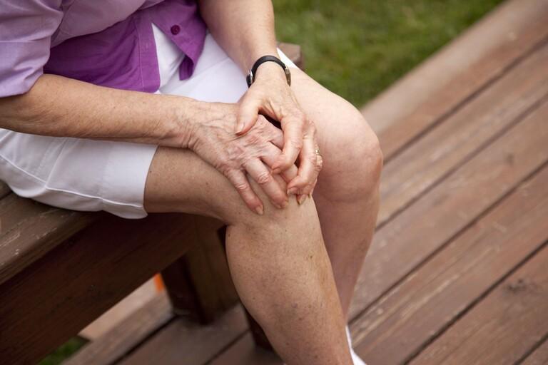 Thuốc trị đau nhức khớp do lạnh ở người cao tuổi